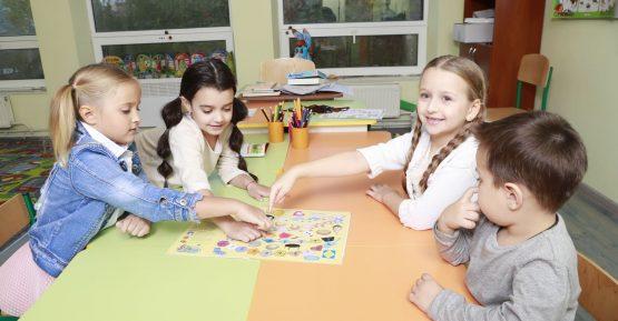 дети занимаются творчеством